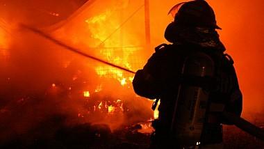 Incendiu matinal în Capitală. Un camion încărcat cu făină şi macaroane a luat foc în mers pe şoseaua Muncești din Capitală