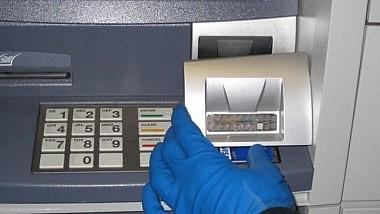 Jaf ca în filme în România. Doi bărbaţi au furat dintr-un bancomat circa 100.000 de euro, în doar câteva secunde