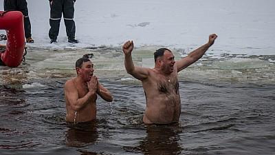Boboteaza, sărbătorită în Ucraina și Rusia. Sute de enoriaşi s-au scăldat în apele reci ale râurilor şi lacurilor
