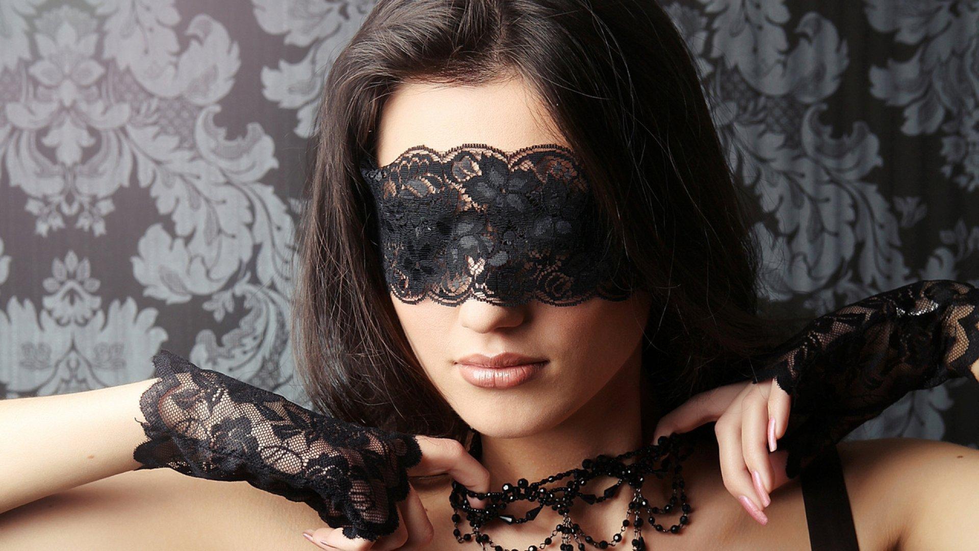 фото шатенки с завязанными глазами доводят свой бритые
