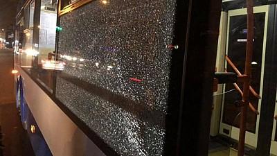 FOCURI DE ARMĂ în sectorul Buiucani al Capitalei. Un individ a împușcat în geamul unui troleibuz de pe linia 3