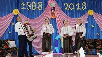 Profesorii şi foştii elevi ai unui gimnaziu din raionul Ialoveni, s-au revăzut după trei decenii. La eveniment a participat și Monica Babuc