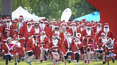 Un maraton caritabil a fost organizat la Paris. La eveniment au participat peste 4 mii de persoane deghizate în Moş Crăciun
