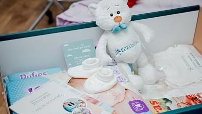 Daruri pentru nou-născuţii de la maternitatea din Străşeni. Proaspetele mămici au primit cutii-cadou în cadrul campaniei O nouă viaţă