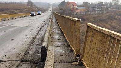Situaţie alarmantă în localitatea Budeşti. Un pod care trece peste o râpă adâncă este plin de fisuri