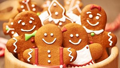 O femeie din Capitală prepară turte dulci cu tematica sărbătorilor de iarnă. Ce dorește să facă aceasta cu banii colectați din vânzări
