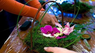 De la pasiune, la afacere. Zeci de femei au învăţat să realizeze aranjamente florale în cadrul unui atelier