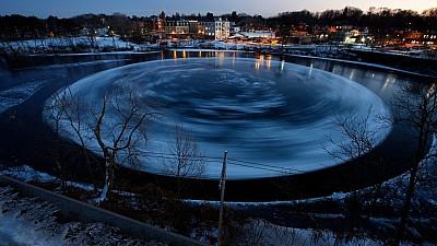 Imaginea zilei: Disc GIGANT de gheață, format pe râul Presumpscot dintr-un orăşel din Statele Unite