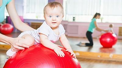 Mingea de gimnastică pentru copii. Cum ajută aceasta la dezvoltarea fizică a micuților