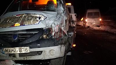 Accident GRAV la Iași. Un microbuz condus de un cetăţean al Republicii Moldova s-a ciocnit cu o maşină a Poliţiei Române