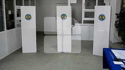 Pregătirile pentru scrutin sunt în toi. În secţiile de votare au fost instalate camere video
