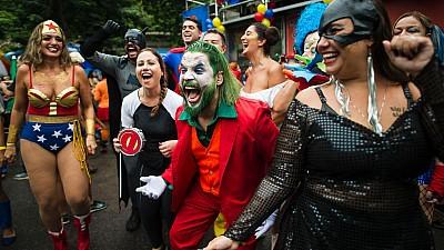 Imaginea zilei: Mii de oameni deghizați în personajele preferate s-au distrat pe străzile orașului Rio de Janeiro în cadrul Carnavalului Super Eroilor