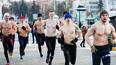Imaginea zilei: Trei mii de bărbaţi au alergat semigoi în jurul capitalei Belarusului