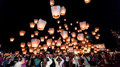 Imaginea zilei: Localnicii din Taipei au înălţat felinare şi lampioane pentru a marca intrarea în noul an chinezesc