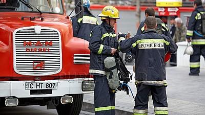 Un apartament din sectorul Buiucani al Capitalei, cuprins de flăcări. Proprietarul locuinţei ar fi uitat mâncarea pe aragaz