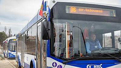 Încă două troleibuze cu propulsie autonomă, care fac legătura între oraşul Ialoveni şi Chişinău, puse în circulație