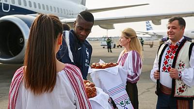 CAMPIONII MONDIALI au ajuns în Moldova. Fotbaliștii, întâmpinaţi cu pâine și sare pe Aeroportul Internaţional Chişinău