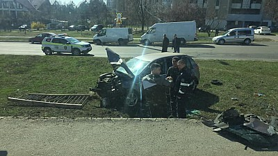 Accident teribil în Chişinău. Un bărbat a căzut cu maşina în gol de pe podul situat pe strada Ismail