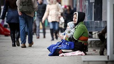 Zeci de mame continuă să cerşească în stradă cu pruncii în braţe. Ce măsuri interprind autoritățile