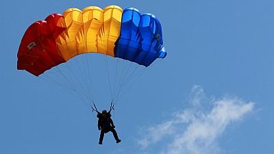 Imaginea zilei: Un fost ofițer militar a sărit cu paraşuta în regiunea Yakutia semi-dezbrăcat