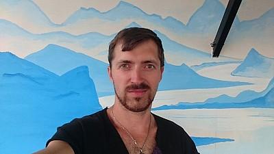 Terapie prin artă. Pereţii unei secţii de la Spitalul Republican au prins culoare, după ce un pictor moldovean a desenat personaje din opera lui Ion Creangă