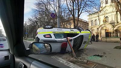 O maşină a poliţiei s-a răsturnat în centrul Capitalei, după ce a fost lovită lateral de un alt automobil