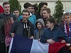 Zeci de suporteri, în fața hotelului unde sunt cazați fotbaliștii francezi. Microbiștii speră să obțină autografe