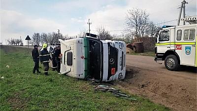 O autocisternă încărcată cu peste 20 de tone de bitum s-a răsturnat în raionul Soroca. Care este starea șoferului
