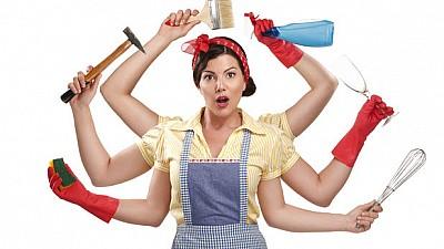 Studiu: Femeile dedică muncii casnice neremunerate de patru ori mai mult timp decât bărbaţii