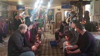 Tradiţie creştină păstrată cu sfinţenie la Ratuş. Parohul bisericii din localitate le-a spălat picioarele a 12 bărbaţi