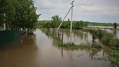 PERICOL DE INUNDAŢII la Ştefan Vodă. 300 de salvatori consolidează digurile în zonă