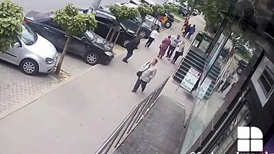 Bărbatul care a lovit în plină stradă două femei, identificat de oamenii legii