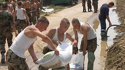 Salvatorii, carabinierii și militarii continuă lucrările de fortificare a digului de protecţie din satul Crocmaz