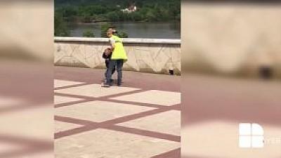 Şi-a agresat copilul chiar în stradă. O femeie din Soroca a fost filmată de un martor ocular în timp ce îşi bate copilul
