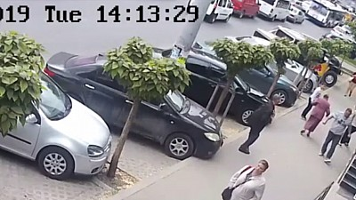 Două femei din Capitală în vârstă de 36 şi 81 de ani au ajuns la spital după ce un necunoscut le-a lovit cu putere