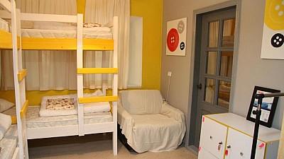 Cine este proprietarul celui mai popular hostel din Capitală și cu cât dă în chirie o cameră