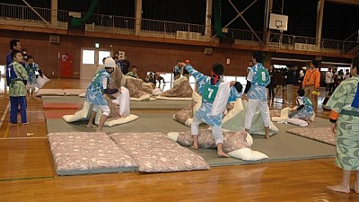 Sute de oameni de toate vârstele s-au bătut cu perne în cadrul unui campionat din Japonia