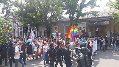 Marşul minorităților sexuale la Chişinău. Participanții sunt înconjurați de polițiști