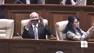 Cu două săptămâni până la posibila dizolvare a Parlamentului, deputații ACUM au mers în sala plenului pentru a-și face SELFIE