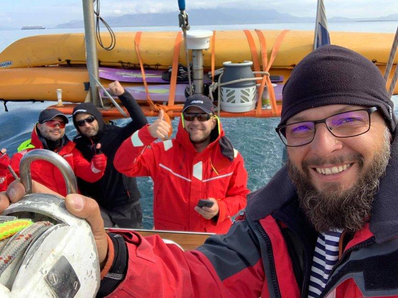 Opt bărbaţi cu spirit de aventură, inclusiv cinci moldoveni, au pornit să cucerească Atlanticul de Nord într-o barcă