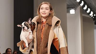 Imaginea zilei: Mai multe modele din Philipine au prezentat ţinute sofisticate însoţite de animale de companie