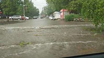Ploaia abundentă a făcut prăpăd pe unele străzi din Capitală. Au fost inundate mai multe străzi, beciuri şi subsoluri