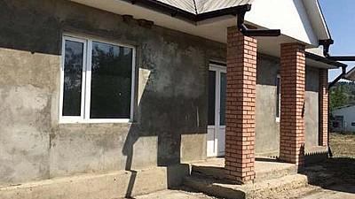 Câteva familii social-vulnerabile se vor muta în locuinţe proaspăt renovate de un grup de voluntari din Moldova şi Marea Britanie