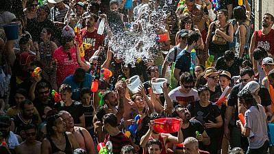 Imaginea zilei: Locuitorii orașului Madrid s-au stropit cu apă și au dansat