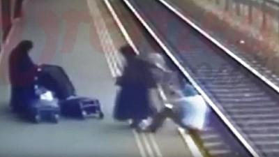 Scene șocante în județul Vaslui. Două femei îmbrăcate în măicuţe au împins un bărbat pe calea ferată