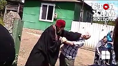 Motivul BIZAR pentru care un preot din raionul Drochia l-a luat la bătaie pe un bărbat la o înmormântare