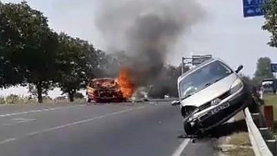 O mașină de taxi a luat foc pe drumul Chişinău - Hânceşti, după ce s-a ciocnit cu un alt autoturism