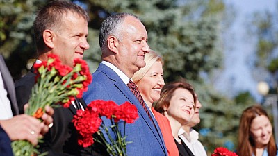 Sărbătoare în zi de doliu, la Comrat. Başcanul Irina Vlah şi preşedintele Igor Dodon au participat la paradă