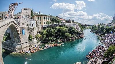 Imaginea zilei: Rhiannan Iffland și Constantin Popovici au sărit de pe renumitul pod din orașul Mostar
